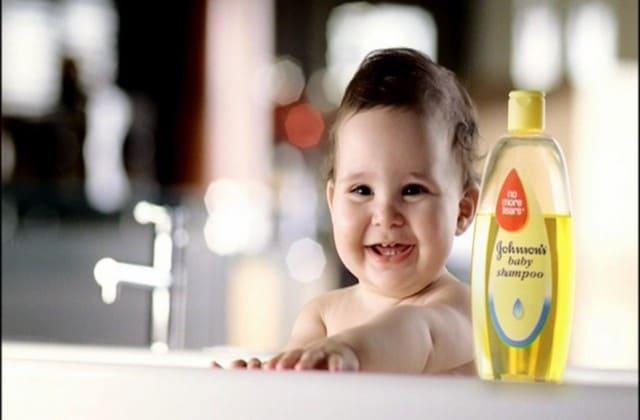 Baby oil, sifatnya yang lembut di kulit sangat cocok untuk usir kutu rambut yang menempel di kulit kepala kamu
