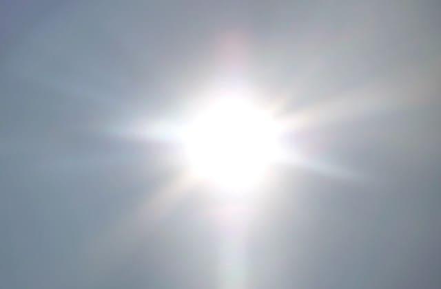 Jika kamu sering berada di bawah terik matahari, kondisi ini bisa merusak kulit kamu terutama wajah
