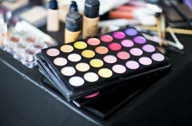 Jika kosmetik yang kamu gunakan tidak sesuai, hal ini bisa memicu kerutan di bawah mata
