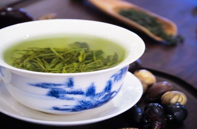 Kafein adalah salah satu zat yang membantu proses pembakaran lemak dan kamu bisa mendapatkannya dengan mengonsumsi teh hijau