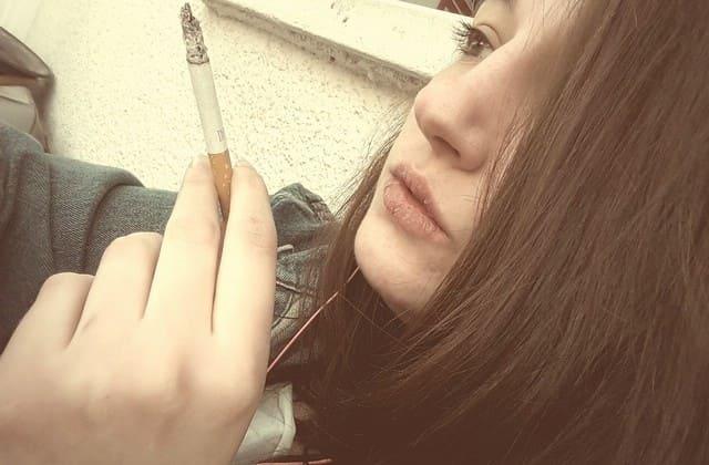 Merokok, kebiasaan ini bisa menyebabkan kerutan baik bagi pria maupun wanita