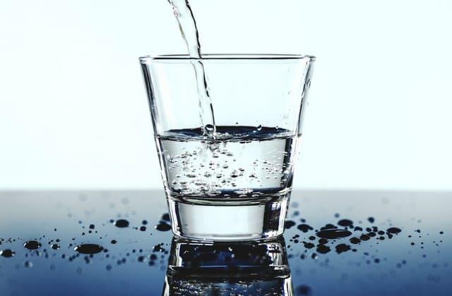 Perbanyak minum air putih untuk mengobati flu