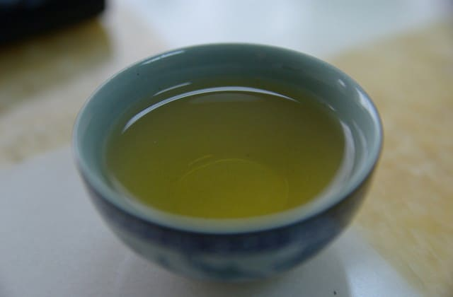 Tidak harus mahal untuk mengatasi bekas jerawat. Kandungan antioksidan teh hijau bantu hilangkan bekas jerawat dengan cepat