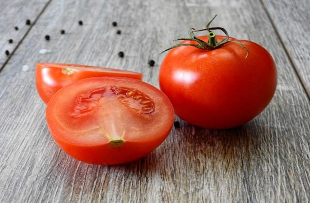 Tomat mampu menyeimbangkan pH kulit