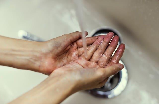 Cuci muka sewajarnya saja, sekalipun cuci muka bisa membuat kulit bersih
