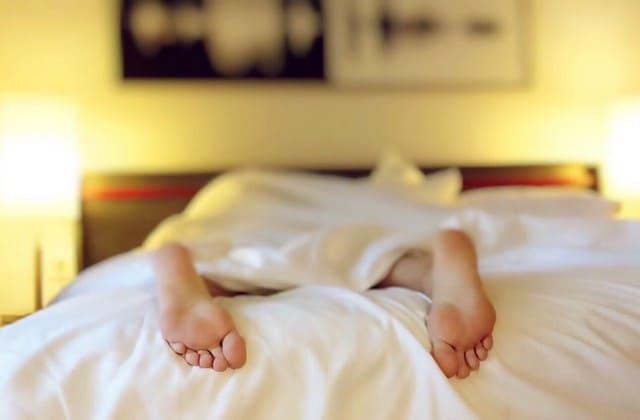 Hindari tidur tengkurap karena kebiasaan ini bisa menyebabkan keriput di wajah